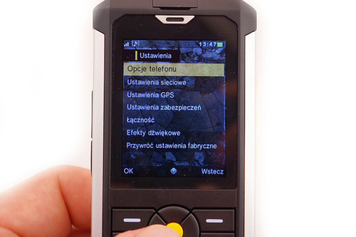 cat b100 toughphone image showing clear screen